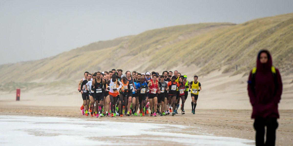 Sprinten voor de kopgroep bij de halve marathon van Egmond 2020
